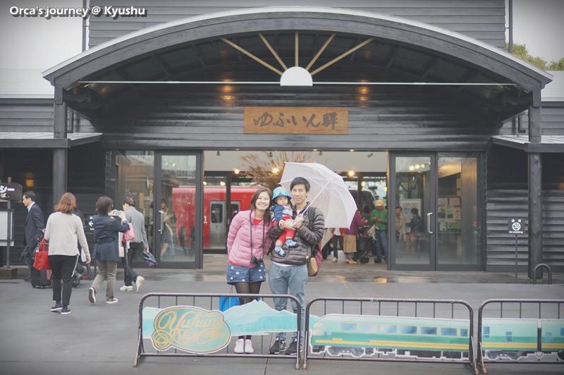 ถ่ายรูปหน้าสถานีก่อนเดิน