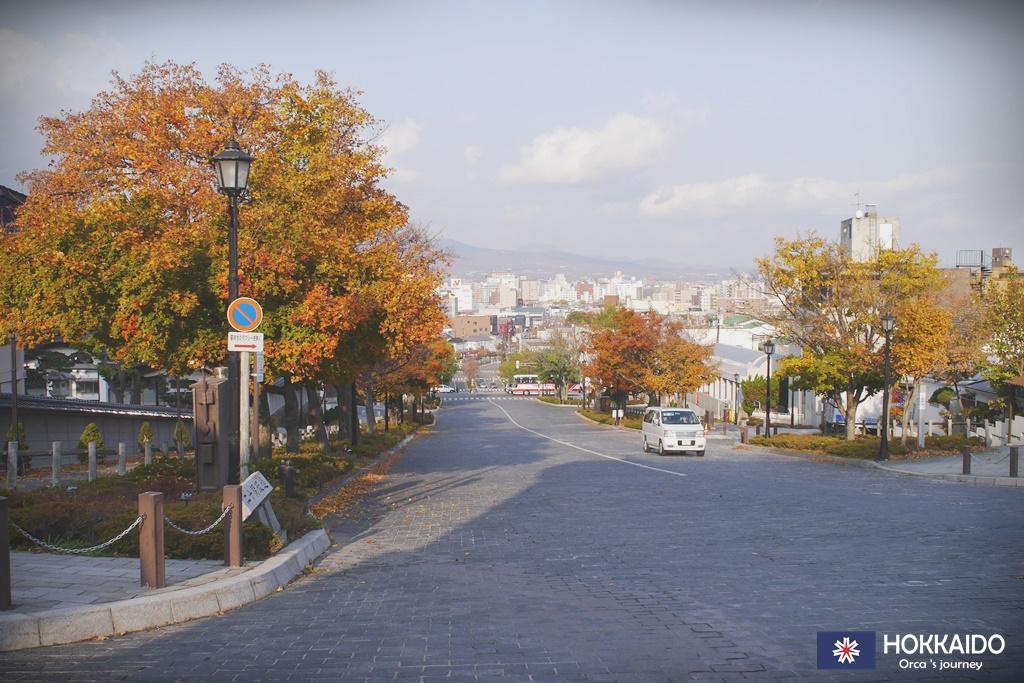 ถนนยาวลงไปที่ตึกแดงเลย
